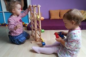 Spielen-mit-der-Murmelbahn